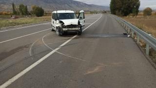 Sivas'ta bariyerlere çarpan araçtaki 2 kişi yaralandı