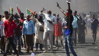 Sudan'da hükümet karşıtlarından sonra destekçileri de sokaklara indi