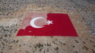 Mersin'de 22 dönümlük araziye işlenen Türk bayrağı esnafın desteğiyle boyanıyor