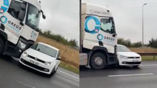 İngiltere'de tır otomobili metrelerce sürükledi