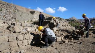 Bitlis Kalesi'nde sikke ve seramikler bulundu