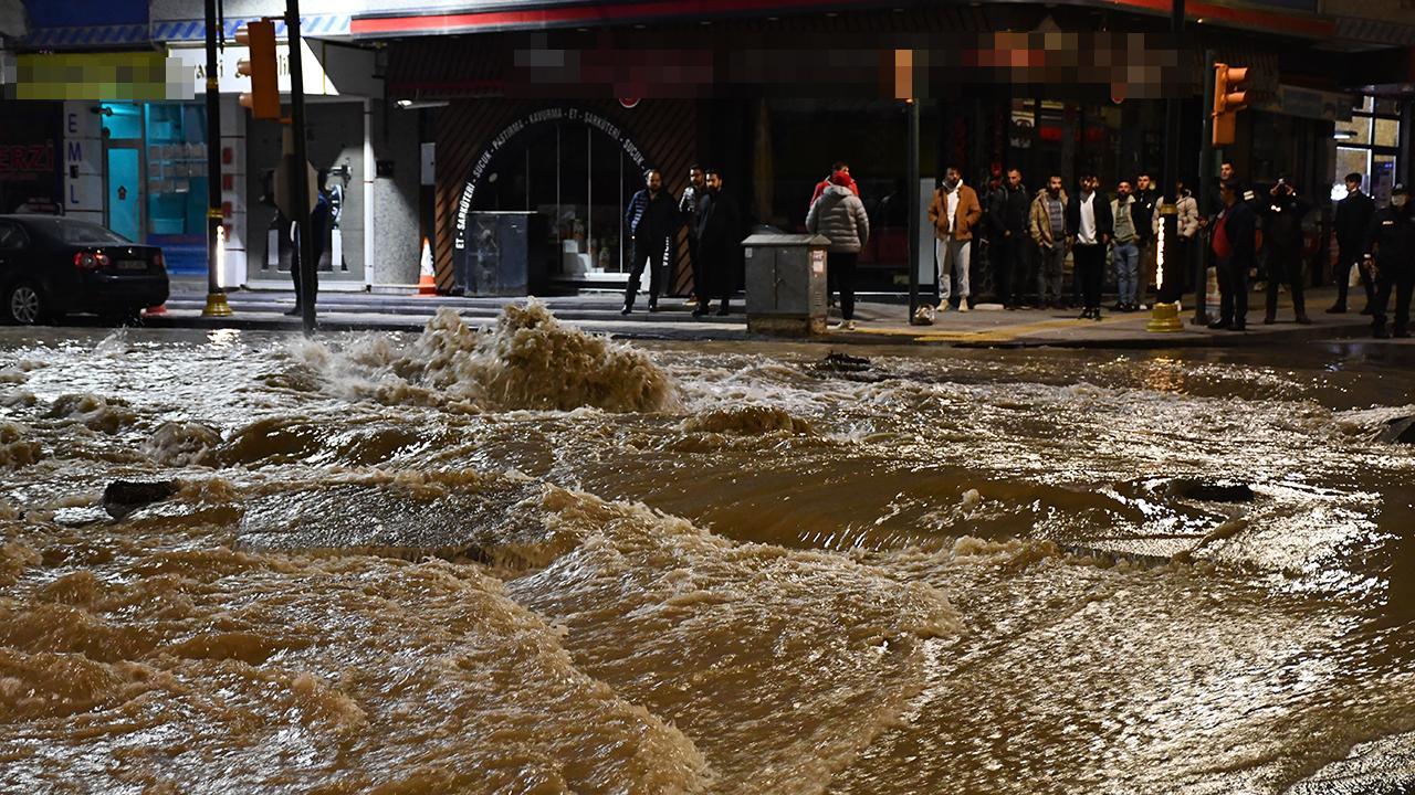 Sivas'ta içme suyu ana hattı patladı: Cadde sular altında kaldı