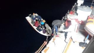 Türk kara sularına itilen 63 düzensiz göçmen kurtarıldı