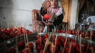 Elma şekeri satarak geçimlerini sağlıyorlar