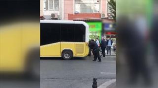 İstanbul'da İETT otobüsü arıza yaptı, yolda kalan aracı vatandaşlar itti