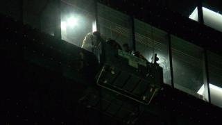 Dış cephe temizliği yaparken mahsur kalan işçiler kurtarıldı