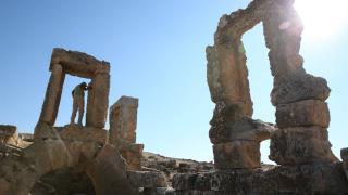 Surları ve dehlizleriyle ilgi çeken antik kent