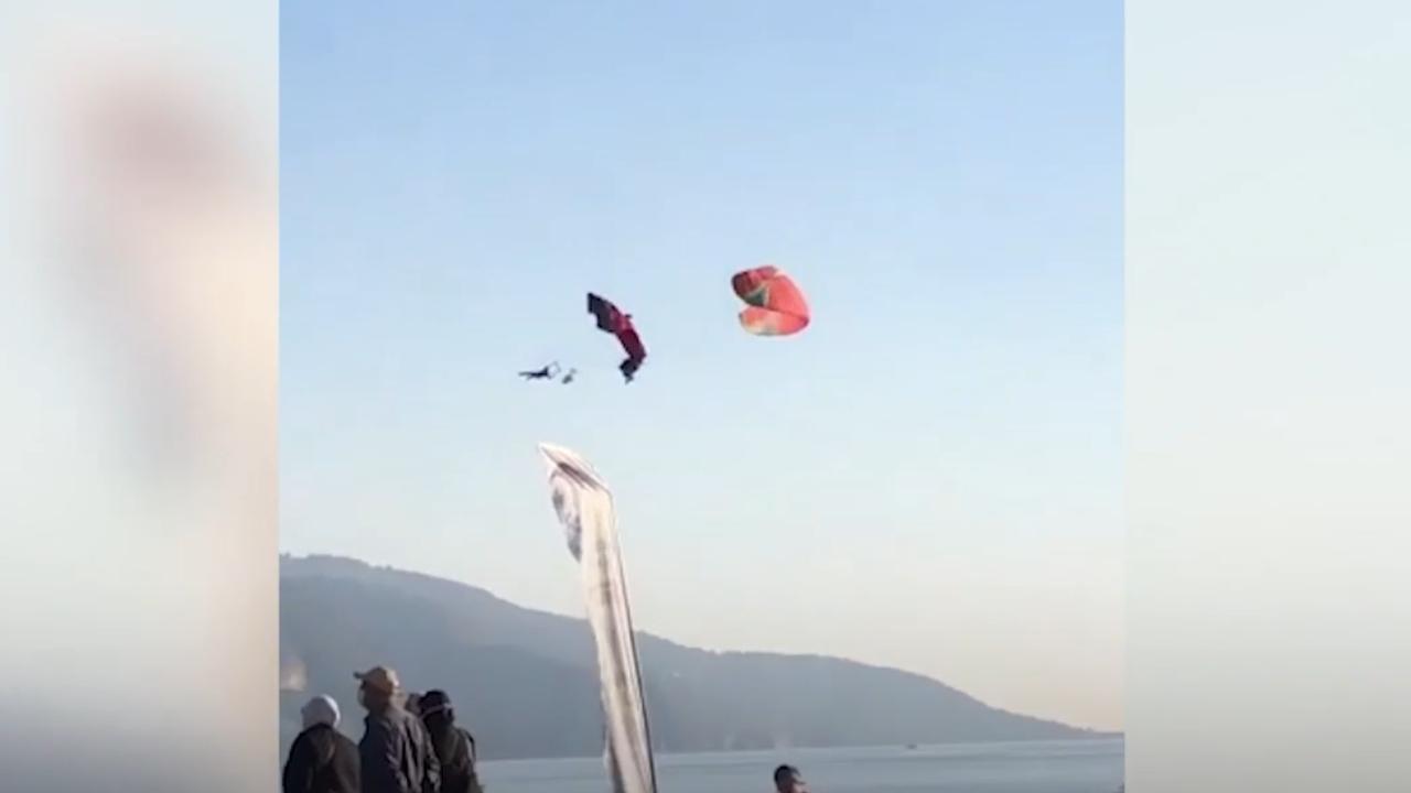 Havada çarpışan 3 yamaç paraşütçüsü denize düştü