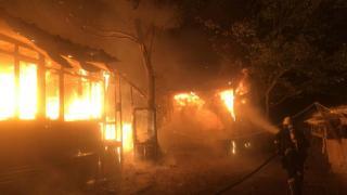 Çiftlikteki baraka alev alev yandı, küllerin arasında para aradılar