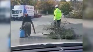 Duyarlı polisten yaşlı kadına yardım eli