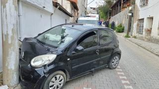 Balıkesir'de otomobilin elektrik direğine çarpması sonucu 2 kişi yaralandı