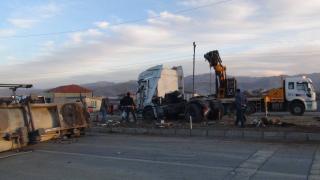 Bitlis'te tır ile kamyonet çarpıştı: 1 ölü, 5 yaralı