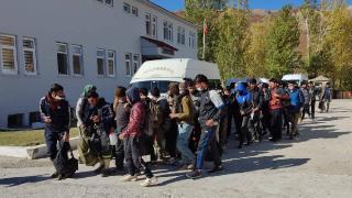 Durdurulan minibüsten 48 düzensiz göçmen çıktı