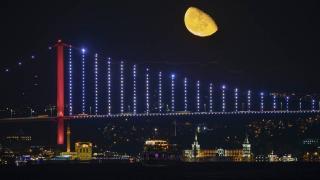 İstanbul'da yarım ay manzarası