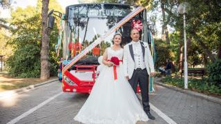 İzmir'de otobüs şoförlüğü yapan çift, nikaha süsledikleri belediye otobüsüyle gitti