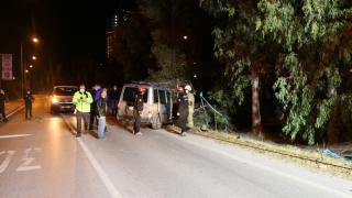 İzmir'de ticari araç sürücüsü ağaca çarparak yaşamını yitirdi