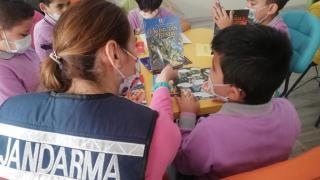 Aydın'da jandarma, köy okulunun kütüphanesine kitap bağışladı