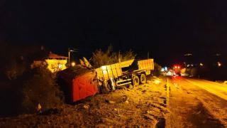 Freni boşalan kamyonunu yan yatırdı, faciayı önledi