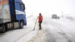 Ardahan'da kar yağışı: Araçlar yolda mahsur kaldı