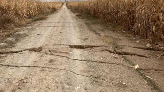 Karaman'da tarla yolunda yarıklar oluştu