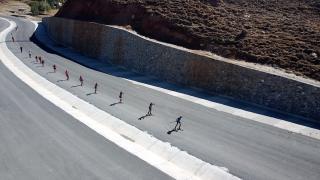 Kayaklı Koşu Çocuk Takımı asfaltta güç depoluyor