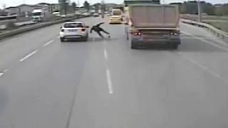 Kazada savrulan kişi kamyonun altında kalmaktan son anda kurtuldu