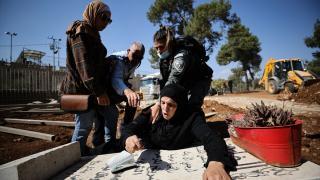 Acılı anne İsrail'in Müslüman mezarlığındaki yıkımına tepki gösterdi