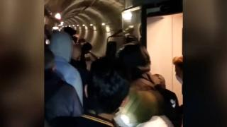 İstanbul'da metro arızalandı, yolcular tünelde yürüdü