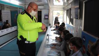 Siirt'te ilkokul öğrencileri `Mobil Tır'da` trafik eğitimi aldı