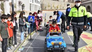Şırnak'ta ilkokul öğrencileri `Mobil Trafik Eğitim Tırı`nda eğitim aldı