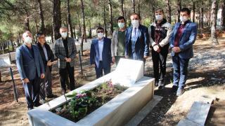 Van depreminde yaşamını yitiren öğretmen Oktay Türkoğlu mezarı başında anıldı