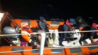 Yunanistan'ın ölüme terk ettiği 22 düzensiz göçmen kurtarıldı