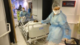 Fransa'daki hastanelerde yatak sayıları düşürüldü