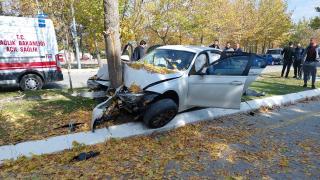 Isparta'da otomobil ağaca çarptı: 3 yaralı