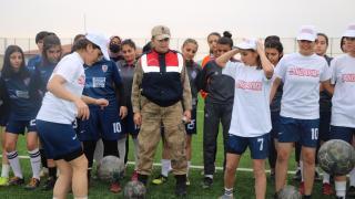 Malatya'da jandarma, kadın futbolcuların Cumhuriyet Bayramı'nı kutladı