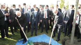 Cumhurbaşkanı Erdoğan ve MHP Lideri Bahçeli, Başkent Millet Bahçesi'ne fidan dikti