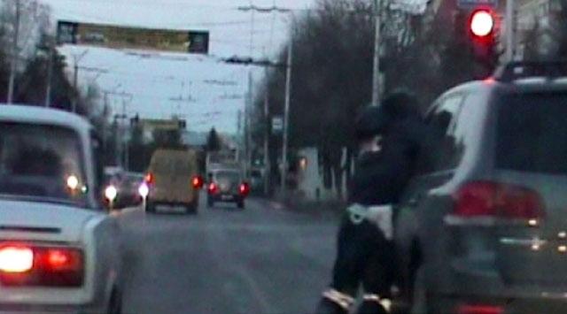 Alkollü sürücü polisi 150 metre sürükledi