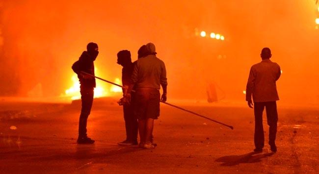 Göstericiler emniyet müdürlüğünü yaktı
