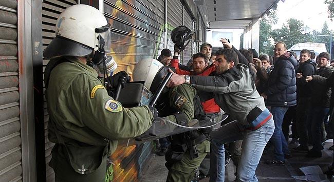 Yunanistanda yumruk yumruga çatışma