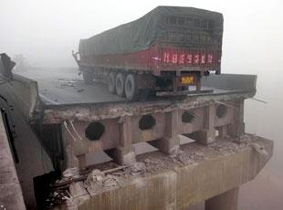 Otoyolda köprü çöktü: 26 ölü