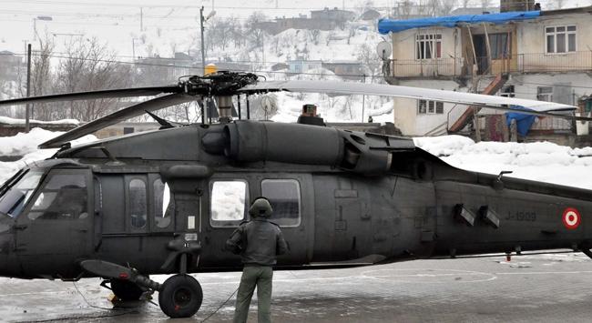 Askeri helikopterden okul bahçesine acil iniş