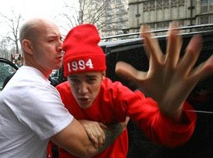 Bieber paparazzilere saldırdı