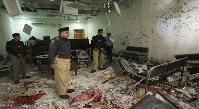 Pakistanda intihar saldırısı: 17 asker öldü