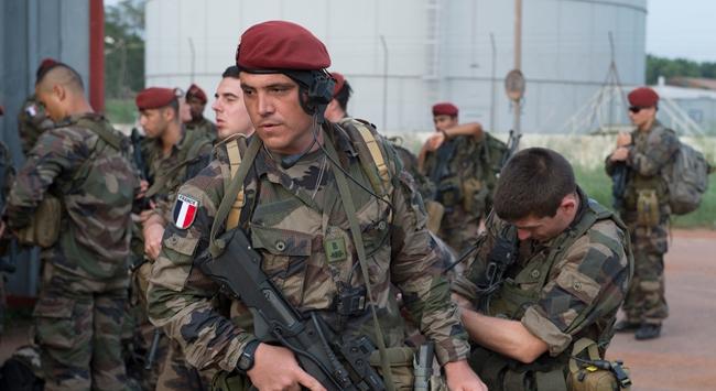 Fransız askerleri 2 Hintli öldürdü