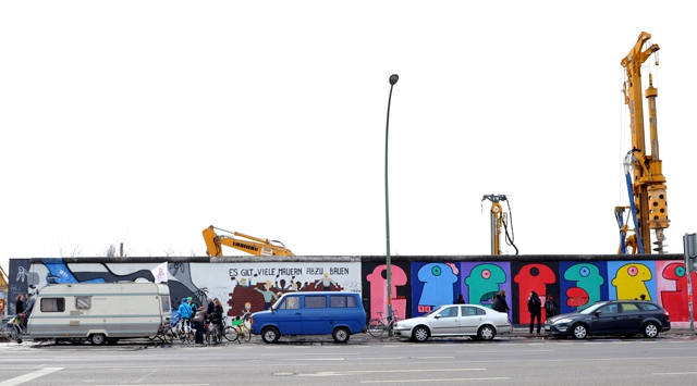 Berlin duvarı yıkıldı, Almanlar sinirlendi