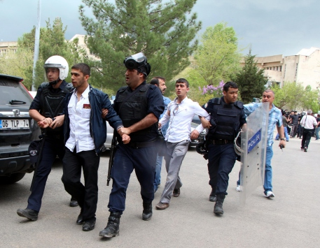 Dicle Üniversitesinde 3 öğrenci bıçaklandı