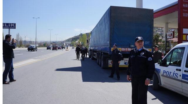 Askeri malzeme taşıyan araca saldırı