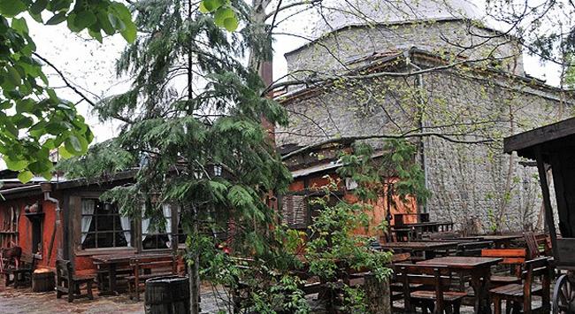 Bulgaristanda cami avlusu meyhaneye döndü