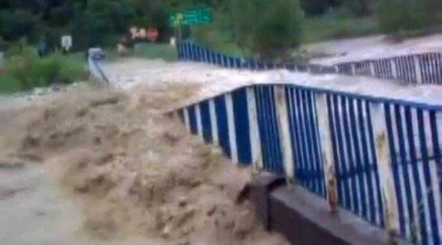 Sel köprüyü böyle yıktı