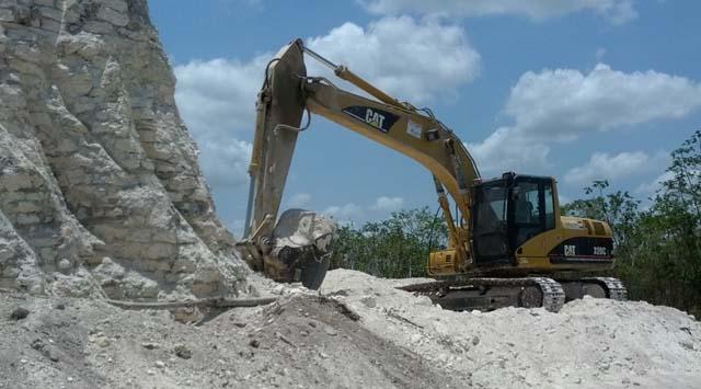 Kepçe ve buldozerlerle Maya piramidini yıktılar